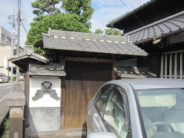 門を飾る鬼瓦.JPG