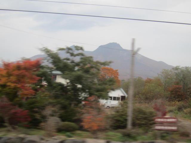2・大沼公園車中から駒ヶ岳2.JPG