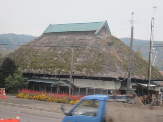 2・道中の築100年の藁屋.JPG